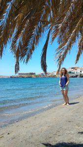 arkada kale manzarasıyla plaj