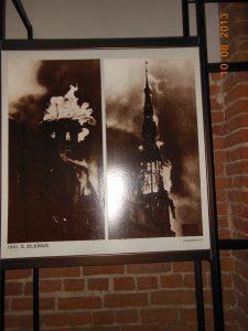 Yangın görüntüleri kilisenin içinde sergileniyor.